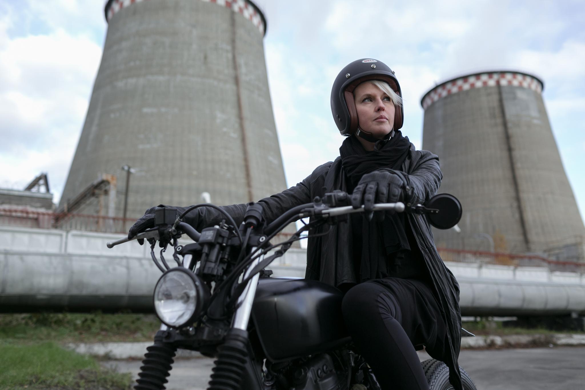 Девушка на мотоцикле в пробке фото